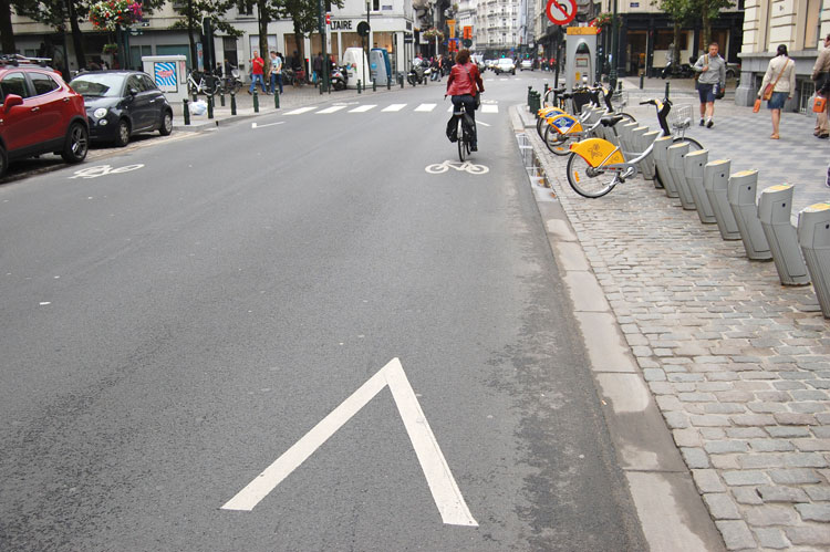 bande cyclable avec chevrons